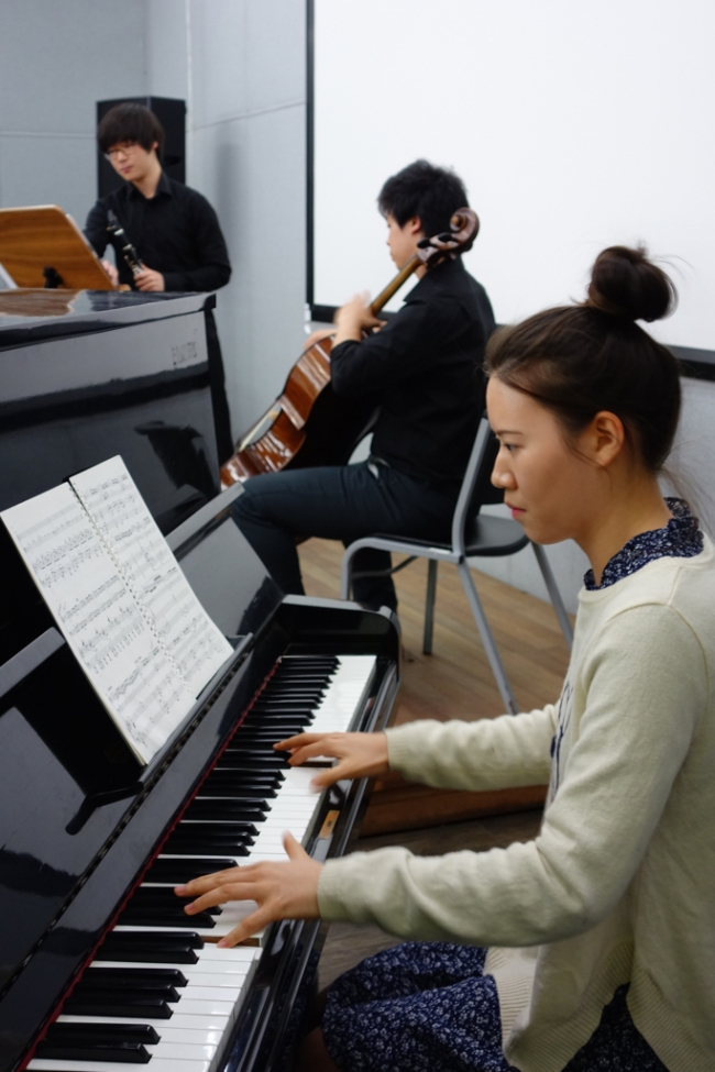 2nd-year clarinet student Sun Ho Lee, 2nd-year cello student Sung Gyul Song, and 2nd-year piano student Sang Ah Park perform Piazolla's Otoño Portaño (Autumn) from The Four Seasons of Buenos Aires at Sarangbat Mental Health Rehabilitation Center in Hwaseong (Photo: Charles Ian Chun)