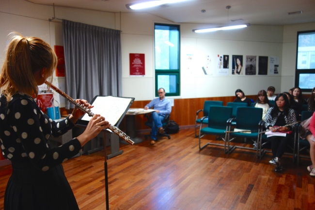 4th-year student Hyeri Song performs Bach's Flute Sonata in E Major for her classmates.(Photo: Charles Ian Chun)