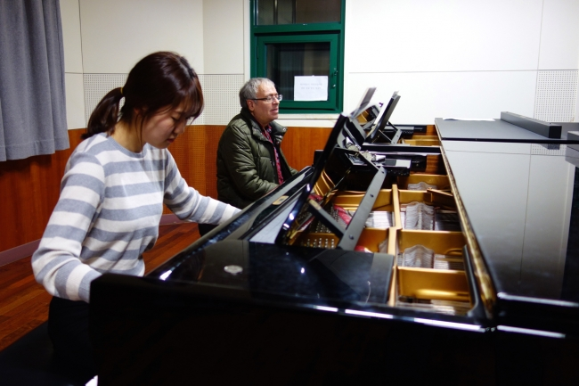 4th-year student Ji Won Jang works on Liszt's Hungarian Rhapsody no. 12 with Prof. André Boainain, 27 November 2014. (Photo: Charles Ian Chun)