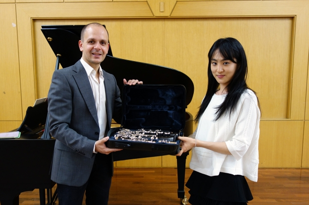 Before starting a masterclass for students of Prof. Matthias Luft, international clarinet soloist Maximiliano Martín​ presented to 4th-year student Choi SangA a new Buffet Crampon clarinet, which he chose personally from among 40-50 candidates during a full day of testing at the Buffet Crampon factory in Paris. (Photo: Charles Ian Chun)