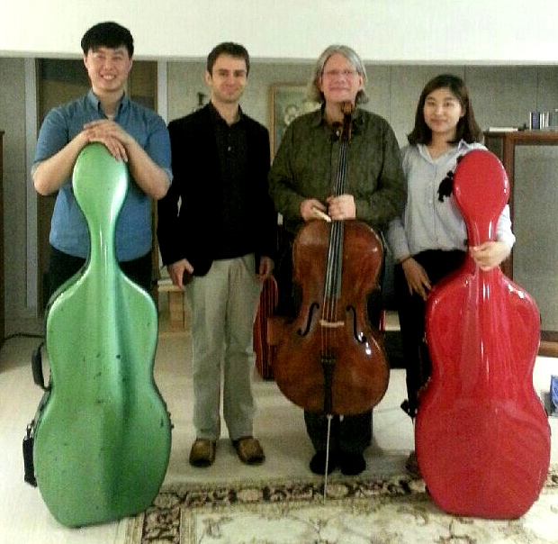 Group photo after a successful masterclass: Cello professor Valentin Andert and 3rd-year cello students Sung Gyul Song (송성결) and You Young Lim (임유영) together with renowned cello soloist and professor Peter Bruns (Hochschule für Musik und Theater Leipzig), who gave several performances at this year's Seoul Spring Festival of Chamber Music.